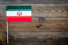 Иранская концепция флага малый флаг на темном деревянном космосе экземпляра взгляд сверху предпосылки Стоковые Фотографии RF