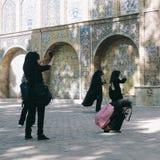 Иранские девушки фотографируя дворец Golestan в Тегеране Стоковые Изображения