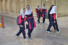 Иранские школьницы смеются над на улице города после часов школы Стоковые Фотографии RF