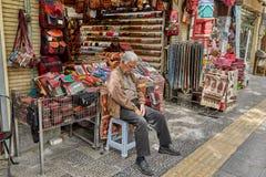 Иранский торговец спит на рынке, Isfahan, Иране стоковое изображение