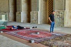Иранский человек стоит в мечети, Isfahan, Иране Стоковые Изображения