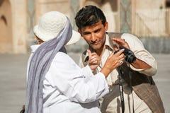 Иран, Yazd, старый городок - 19-ое сентября 2016: Местный человек связывает с иностранными туристами outdoors Стоковое Изображение RF