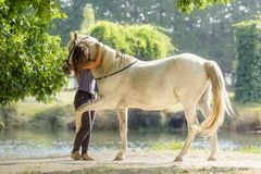 Ирен Gefaell с ее лошадью в демонстрации естественного dressage в Понтеведре, Испании, в августовском 2018 стоковые фото