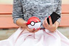 Иркутск, Россия - 15-ое сентября 2016, редакционное изображение: внешняя игра на smartphones в Pokemon идет внутри, app Стоковое Изображение RF