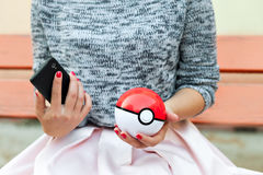 Иркутск, Россия - 15-ое сентября 2016, редакционное изображение: внешняя игра на smartphones в Pokemon идет внутри, app Стоковое Фото