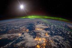 Ирландия, Великобритания и Скандинавия на залитой лунным светом ночи под изумительным рассветом стоковые изображения rf