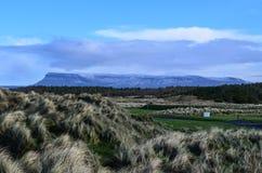 Ирландские Ирландии ландшафта горы таблицы Benbulben путешествуют привлекательность одичалый atlantic стоковые изображения
