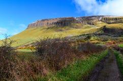 Ирландские Ирландии ландшафта горы таблицы Benbulben путешествуют привлекательность одичалый atlantic стоковое изображение rf