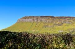 Ирландские Ирландии ландшафта горы таблицы Benbulben путешествуют привлекательность одичалый atlantic стоковые фотографии rf