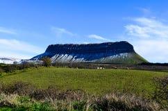 Ирландские Ирландии ландшафта горы таблицы Benbulben путешествуют привлекательность одичалый atlantic стоковое фото