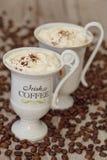 Ирландский кофе в белых чашках стоковые фото
