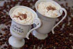 Ирландский кофе в белых чашках стоковая фотография rf