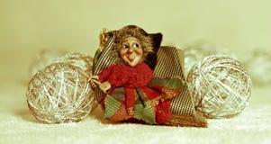 ироничное befana приезжает с подарками для маленьких ребят стоковое фото
