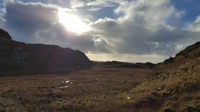 Ирландские сельская местность и солнце с, который заволокли небом Стоковая Фотография RF