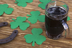 Ирландское пиво для дня St Patick и листьев клевера Стоковые Фотографии RF