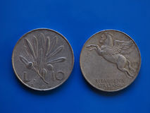 10 лир монетки, Италии над синью Стоковое Изображение RF