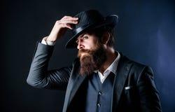 Искать для музы моды Бизнесмен в костюме Зверский кавказский битник с усиком Сыщик в шляпе возмужало стоковые фотографии rf
