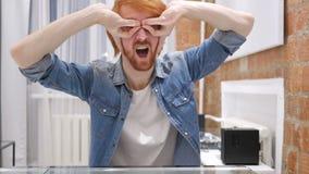 Искать жест смешным человеком бороды Redhead, Handmade EyeWears сток-видео