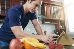 Искать хорошего рецепта стоковое изображение rf