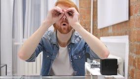 Искать человека бороды Redhead, находя с Handmade биноклями сток-видео