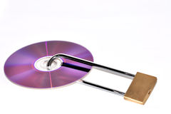диски данным по предпосылки cd наваливают изолированный ключа над белизной обеспеченностью padlock Стоковое Фото