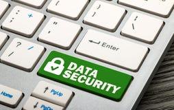 диски данным по предпосылки cd наваливают изолированный ключа над белизной обеспеченностью padlock стоковое изображение rf