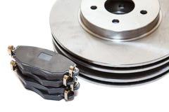 2 диски и пусковой площадки тормоза изолированных на белой предпосылке Стоковое фото RF