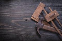 Исконный датчик плотника правителя квадрата молотка с раздвоенным хвостом стоковые фотографии rf