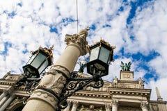 Исконный железный уличный свет на большом столбе оперным театром стоковое изображение rf