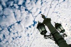Исконный железный уличный фонарь города шнурка на большом поляке стоковые изображения