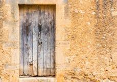 Исконный сломленный деревянный парадный вход и деревенская стена старого дома стоковые изображения