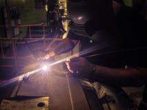Искритесь свет от заварки лазера азиатского человека техника ручной на su Стоковые Фотографии RF