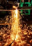 Искрит пока режущ сталь в фабрике стоковые фотографии rf