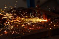 Искрит пока режущ сталь Стоковая Фотография RF
