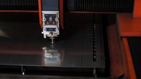 Искры во время вырезывания угловой машины металла Промышленный лазер искрится вырезывание угловой машины металла акции видеоматериалы