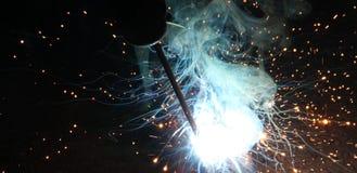 Искры и двигатели дыма сваривая стоковая фотография rf