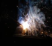 Искры и двигатели дыма сваривая стоковые фотографии rf