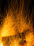 Искры и тлеющие угли от огня журнала Стоковые Изображения RF