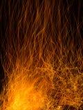 Искры и тлеющие угли от огня журнала Стоковое фото RF