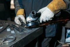 Искры от металла полируя точильщиком стоковое изображение