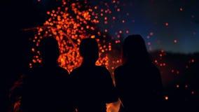 Искры от огня лагеря видеоматериал