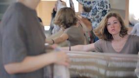Искусства модернизируя портняжничающ курс для dressmakers в мастерской видеоматериал