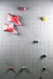 искусственная взбираясь стена с разнообразие владениями стоковое изображение rf