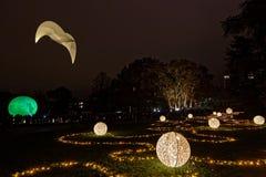 Искусственная птица сверх облегчает шарики в парке стоковые фото