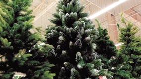 Искусственная рождественская елка в магазине видеоматериал