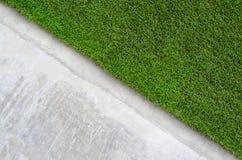 Искусственная трава на стене цемента Стоковые Фотографии RF