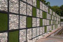 искусственная трава сделала стену утеса Стоковая Фотография