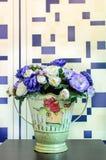 искусственние цветки предпосылки изолировали белизну вазы стоковое изображение rf