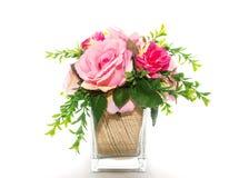 Искусственные пластиковые цветки изолированные на белой предпосылке стоковое фото rf