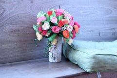 Искусственные розы в красивой вазе Стоковые Фото